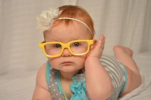 szemuveges kisbaba